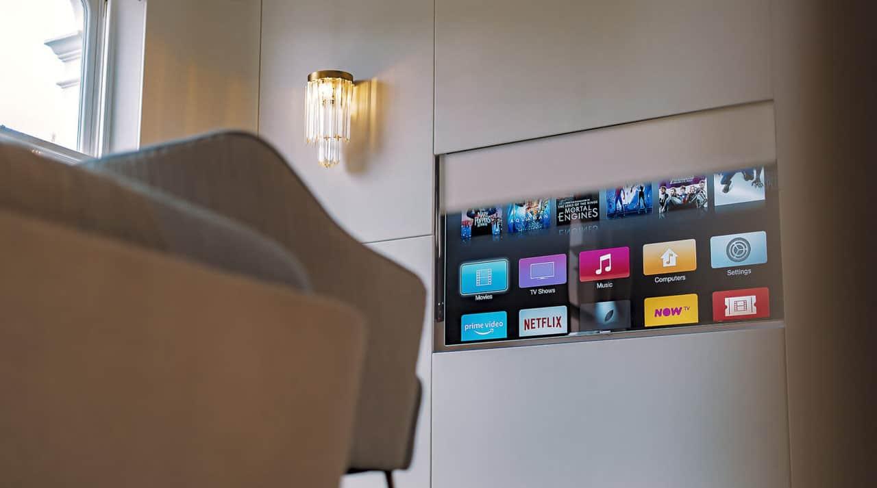 Fladskærm skjult i væg med kreativ montering