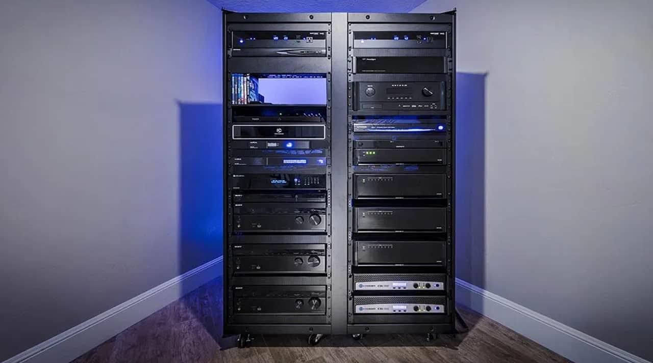 Surround Sound udstyr i rack